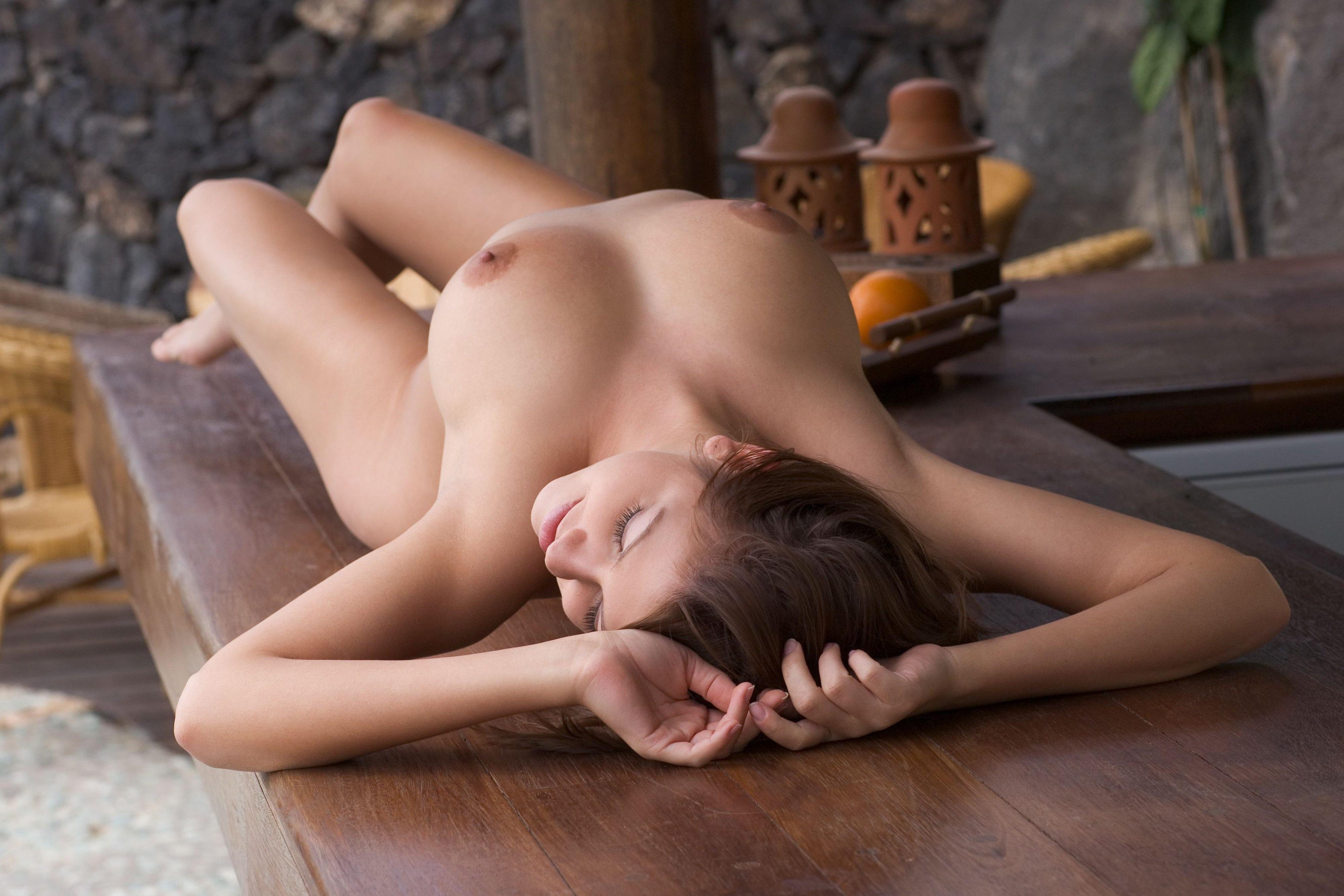 сексуальные телки лежа на спине фото голая